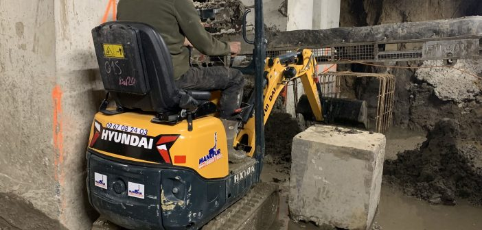 The HX10A from Hyundai Construction Equipment slaloming under the Knibbeler building near Valenciennes